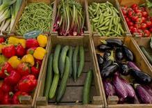 """Овощи на рынке в Амстердаме 4 июня 2011 года. Санкции России, наложенные на европейских экспортеров продуктов питания, сократят экспорт Нидерландов """"по меньшей мере на 300 миллионов евро"""" ($400 миллионов), сообщило Центральное статистическое бюро европейской страны во вторник, основываясь на показателях 2013 года.  REUTERS/Robin van Lonkhuijsen"""
