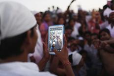 En la imagen, un niño toma una foto en una fiesta en Nueva Delhi el 18 de septiembre de 2013.  Kuddle, una aplicación noruega de intercambio de fotos diseñada para niños que se autodefine como un rival de Instagram, podría tener un millón de usuarios a final de año y planea un agresivo desembarco en el mercado estadounidense, dijo el martes su fundadora.  REUTERS/Ahmad Masood