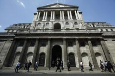 Pedestrians walk past the Bank of England in the City of London May 15, 2014.  REUTERS/Luke MacGregor