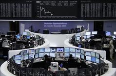 Un grupo de operadores en sus estaciones de trabajo en la bolsa DAX de Fráncfort, ago 20 2014. Las acciones europeas cayeron el miércoles, poniendo fin a una racha de dos días e alzas luego de que una advertencia de Carlsberg de que sus ganancias podrían caer este año debido a un deterioro de las condiciones en Rusia.       REUTERS/Remote/Stringer