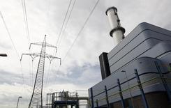 Электростанция E.ON в немецком городе Иршинг 26 апреля 2013 года. Власти Германии предоставят E.ON финансовые гарантии на миллиарды евро, чтобы помочь крупнейшей электроэнергетической компании страны при заключении долгосрочных сделок на импорт газа, сообщил источник. REUTERS/Michaela Rehle
