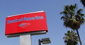 Bank of America a trouvé un accord à l'amiable de 16,65 milliards de dollars (12,5 milliards d'euros) avec les autorités américaines pour mettre un terme aux poursuites lancées dans le dossier de la vente abusive de produits financiers adossés à des créances immobilières. /Photo d'archives/REUTERS/Fred Prouser
