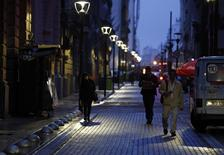 People walk in Buenos Aires' financial district early August 1, 2014. REUTERS/Marcos Brindicci