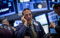 Wall Street a ouvert en hausse, soutenue par le regain d'activités de fusions et acquisitions et les anticipations de nouvelles mesures de soutien à la croissance de la Banque centrale européenne. Dans les premiers échanges, le S&P-500 a atteint un nouveau plus haut historique à 1.998,26 et il progressait de 0,47% à 1.997,82 vers 13h34 GMT. L'indice Dow Jones gagnait 0,43%et le Nasdaq Composite 0,56%. /Photo d'archives/REUTERS/Brendan McDermid