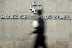 Homem passa pela logomarca do Banco Central na sede do banco, em Brasília. 15/01/2014 REUTERS/Ueslei Marcelino