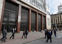 La sede del Banco Central colombiano en Bogotá, ago 20 2014. El Banco Central de Colombia elevaría el viernes su tasa de interés por quinto mes consecutivo, en medio de las expectativas de que la economía habría alcanzado su potencial de crecimiento, lo que llevaría a la autoridad monetaria a hacer una pausa más temprano que lo previsto, reveló el lunes un sondeo de Reuters. REUTERS/John Vizcaino