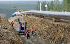 Нефтепровод в Азию близ Нерюнгри 12 июля 2007 года. Крупнейший в России производитель стальных труб Трубная металлургическая компания (ТМК) получила $60 миллионов прибыли во втором квартале против убытка ранее за счет укрепления рубля, говорится в пресс-релизе компании. REUTERS/Sergei Karpukhin