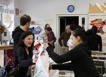 Le moral des consommateurs italiens s'est fortement détérioré en août avec un indice à 101,9 contre 104,4 en juillet, selon les statistiques officielles qui soulignent l'aggravation de la situation économique du pays, retombé en récession au deuxième trimestre. /Photo d'archives/REUTERS/Giampiero Sposito