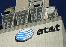 AT&T, qui est à suivre sur les marchés américains, est en train de regrouper ses divisions téléphonie mobile et entreprises en une seule entité dirigée par Ralph de la Vega, ex-directeur général de l'activité mobile du groupe. /Photo prise le 13 mai 2014/REUTERS/Mike Blake