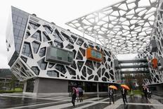 Siège d'Alibaba à Hangzhou. Le groupe chinois, qui pourrait entrer en Bourse de New York dès le mois prochain, a annoncé une hausse de 46% de son chiffre d'affaires trimestriel, grâce à la poursuite de la croissance des ventes sur internet en Chine.   /Photo d'archives/REUTERS/Steven Shi