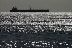 Нефтяной танкер на озере Маракайбо в Венесуэле 1 марта 2008 года. Входящая в ОПЕК Венесуэла рассматривает возможность впервые импортировать нефть, следует из закрытого документа государственной нефтяной компании PDVSA, с которым удалось ознакомиться Рейтер. REUTERS/Jorge Silva