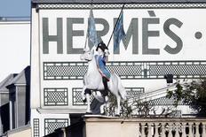 Hermès a vu son résultat opérationnel progresser de 6% au premier semestre et sa marge opérationnelle légèrement reculer sous l'effet de l'impact des changes. /Photo d'archives/REUTERS/Charles Platiau