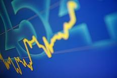 График динамики индекса Hang Seng в брокерской конторе в Гонконге 19 сентября 2011 года. Инвесторы обратили внимание на российские акции, обеспечив ориентированным на РФ фондам положительный результат за неделю, но львиная доля свежей ликвидности продолжает еженедельно поступать в азиатский регион. REUTERS/Tyrone Siu