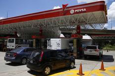 Una gasolinera de PDVSA en Caracas, ago 29 2014. La venezolana PDVSA suspendió su plan de exportación de crudo diluido (DCO) para octubre mientras revisa los crecientes costos de importación de nafta que está asumiendo la compañía para mezclar con sus extrapesados y formular estas variedades de crudo, dijeron operadores el viernes a Reuters.  REUTERS/Carlos Garcia Rawlins