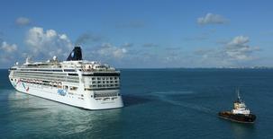 En la imagen, un crucero de Norwegian Cruise Line sale de Bermuda. 16 de julio, 2013. Norwegian Cruise Line Holdings Ltd, el tercer operador de cruceros del mundo, está en negociaciones avanzadas para adquirir a su par Prestige Cruises International Inc por alrededor de 3.000 millones de dólares, según personas familiarizadas con el asunto. REUTERS/Gary Cameron