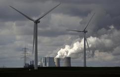 Ветряные турбины на фоне труб электростанции RWE в Нойрате 28 февраля 2014 года. Слабые инвестиционные расходы и вялая торговля стали причиной сокращения немецкой экономики во втором квартале, указывая на то, что крупнейшая европейская экономика выдыхается под влиянием украинского кризиса. REUTERS/Ina Fassbender