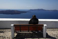 Sur l'île de Santorin. Le produit intérieur brut de la Grèce a diminué de 0,3% d'avril à juin par rapport au deuxième trimestre 2013, marquant ainsi sa plus faible contraction depuis la fin 2008, à la faveur d'une excellente saison touristique. /Photo d'archives/REUTERS/Yannis Behrakis