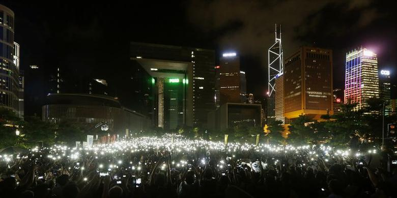 Pro-democracy protesters hold up their mobile phones during a campaign to kick off the Occupy Central civil disobedience event in front of the financial Central district in Hong Kong August 31, 2014.  REUTERS/Bobby Yip