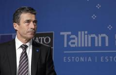 Генсек НАТО Андерс Фог Расмуссен на встрече в Таллине 23 апреля 2010 года. Эстония хочет появления на её территории постоянной военной базы НАТО, чтобы защититься от соседней России и успокоить опасающихся того, что страны Балтии станут следующей целью Кремля после Украины, сказал президент Эстонии Тоомас Хендрик во вторник. REUTERS/Ints Kalnins