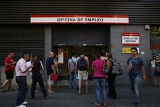 Españoles esperan para entrar a una oficina de empleo del Gobierno en Madrid, 2 septiembre, 2014.La tasa de desempleo de España aumentó en un 0,18 por ciento en agosto respecto al mes anterior, o en 8.070 personas, lo que dejó a 4,43 millones de personas sin trabajo, mostraron el martes datos del Ministerio del Trabajo. .REUTERS/Susana Vera