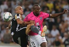 Zagueiro Dória, que trocou o Botafogo pelo Olympique Marseille, em jogo da Copa Libertadores no Maracanã. 18/03/2014 REUTERS/Marcelo Regua