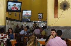 Programa eleitoral obrigatório na TV da presidente Dilma Rousseff é visto em um restaurante no Rio de Janeiro.  21/8/2014  REUTERS/Ricardo Moraes