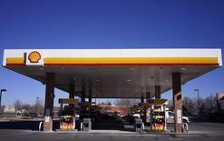 Una gasolinera de Shell en Westminster, EEUU, ene 17 2014. Los legisladores estadounidenses deberían levantar gradualmente la prohibición a las exportaciones de petróleo del país, ya que permitir las ventas del hidrocarburo haría más estable al sistema global energético y también a los precios del crudo, dijo el martes el jefe de Royal Dutch Shell Plc. REUTERS/Rick Wilking