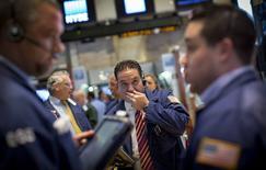 Unos operadores en el parqué de Wall Street en Nueva York, ago 26 2014. Las acciones cerraron mayormente en baja el martes en la bolsa de Nueva York, retrocediendo desde máximos históricos establecidos el mes pasado, porque la caída de los precios del crudo arrastró a los papeles del sector energético y contrarrestó los sólidos datos de manufactura. REUTERS/Brendan McDermid