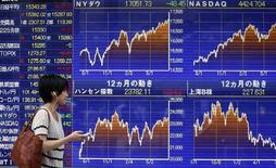 Электронное табло у брокерской конторы в Токио 22 июля 2014 года. Азиатские фондовые рынки, кроме Южной Кореи, выросли в среду, в основном за счет хорошей макроэкономической статистики Китая. REUTERS/Yuya Shino