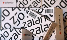 Коробки Zalando на презентации для СМИ в Берлине 28 августа 2014 года. Крупнейший в Европе интернет-магазин одежды и обуви Zalando объявил о планах вывести на Франкфуртскую биржу 10-11 процентов своих акций для фондирования дальнейшей экспансии. REUTERS/Fabrizio Bensch