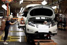 Imagen de archivo de una empleada en la planta de General Motors en Hamtramck, EEUU, jul 27 2011. Los nuevos pedidos de bienes a las fábricas de Estados Unidos crecieron en julio por una demanda robusta de equipos de transporte, mientras que la tendencia general apuntó a un fortalecimiento de la actividad manufacturera.  REUTERS/Rebecca Cook
