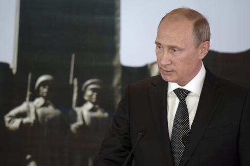 Putin plays cat and mouse with Russian online critics
