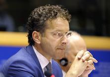 Entendu jeudi à Bruxelles par la commission des affaires économiques et monétaires du Parlement européen, le président de l'Eurogroupe Jeroen Dijsselbloem a estimé que la zone euro courait le risque d'une longue période de très faible inflation mais a précisé qu'il ne constatait aucune menace de déflation. /Photo prise le 4 septembre 2014/REUTERS/Laurent Dubrule