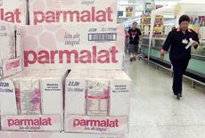 Imagen de archivo de cartones de leche producidos por la línea brasileña de Parmalat.  Enero, 2004.El frigorífico brasileño de alimentos BRF venderá 11 plantas de la división de lácteos al grupo Parmalat, en un acuerdo valorizado en 610 millones de euros, informó la firma italiana el jueves. REUTERS/Bruno Domingos/Files  SM/HB