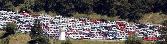 Vehículos nuevos estacionados en la zona de stock de la planta Volkswagen en Sao Bernardo. Imagen de archivo, 20 agosto, 2014. La producción de automóviles en Brasil creció en agosto, aunque el leve avance no compensaría la preocupación por una crisis de la industria ante la debilidad de la economía local, la escasa confianza del consumidor y la caída de las exportaciones.. REUTERS/Paulo Whitaker