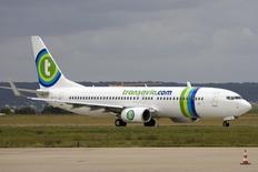 La compagnie aérienne Air France-KLM annonce jeudi un projet de développement de sa filiale low cost Transavia en Europe. /Photo d'archives/REUTERS/Charles Platiau
