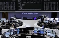 Les Bourses européennes creusent légèrement leurs pertes vendredi à mi-séance, au lendemain de leur rebond provoqué par les annonces de la Banque centrale européenne (BCE) et avant les chiffres très attendus de l'emploi américain. À Paris, le CAC 40 reculait de 0,5% vers 12h15. À Francfort, le Dax perdait 0,24% et à Londres, le FTSE cédait 0,52%. /Photo prise le 5 septembre  2014/REUTERS