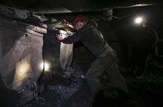 Шахтёры на шахте Горняк-95 в Макеевке 15 мая 2014 года. Украина, прежде нетто-экспортер угля, будет вынуждена потратить на закупку этого топлива за рубежом до $700 миллионов в этом году, после того как половина шахт на востоке страны попали под огонь военного конфликта, сообщил в пятницу аналитический центр Министерства экономического развития и торговли Украины. REUTERS/Maxim Zmeyev