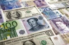 La récente et soudaine chute de l'euro par rapport à un panier des principales devises est un ballon d'oxygène pour les entreprises européennes qui réalisent l'essentiel de leur chiffre d'affaires en dehors de la zone euro, ce qui laisse espérer un rebond de leurs profits à terme. /Photo d'archives/REUTERS/Kacper Pempel