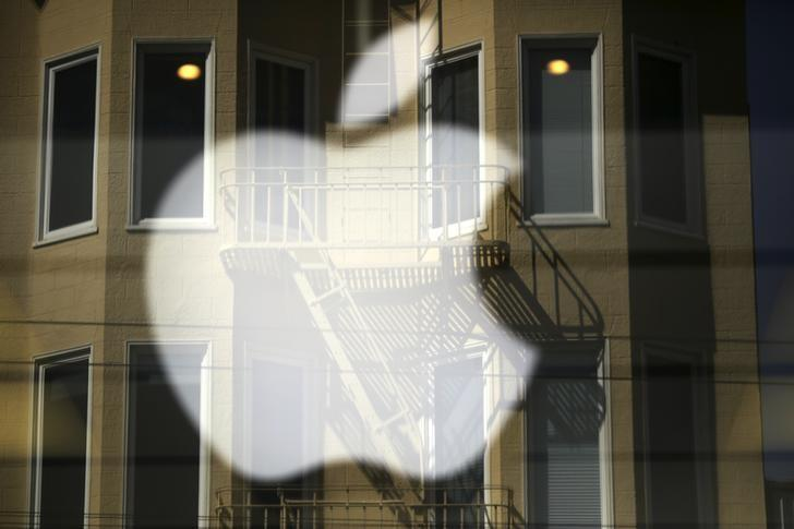 The Apple logo is pictured at a retail store in the Marina neighborhood in San Francisco, California April 23, 2014. REUTERS/Robert Galbraith/Files