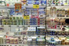 Отдел молочных продуктов в супермаркете Carrefour в Брюсселе 4 сентября 2014 года. Решение России ограничить импорт продовольствия из ряда стран повредит экономическому росту прибалтийских стран, Польши и Норвегии, при этом Литва пострадает сильнее всех, сообщил в понедельник Европейский банк реконструкции и развития. REUTERS/Eric Vidal