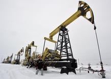 Станок-качалка на Гремихинском нефтяном месторождении в Удмуртии 7 декабря 2007 года. Минэнерго прогнозирует незначительное увеличение добычи нефти в России в 2014 году на фоне санкций, угрожающих нефтяному сектору, приносящему львиную долю доходов в бюджет, но зависимому от поставок импортного оборудования. REUTERS/Sergei Karpukhin