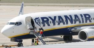 Imagen de archivo de un grupo de pasajeros abordando un avión de Ryanair en el aeropuerto de Girona, España, sep 20 2012. Ryanair Holdings, la aerolínea de bajo costo más grande de Europa, acordó comprar 100 jet Boeing c737 MAX 8, informó la empresa el lunes, en una operación que comprende la opción de pedir 100 aviones adicionales por un valor total de aproximadamente 22.000 millones de dólares. REUTERS/Albert Gea