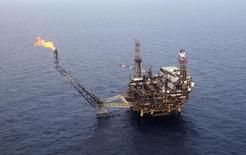 Les cours du pétrole, tombés lundi sous les 100 dollars le baril, se rapprochent de niveaux susceptibles de fragiliser la situation financière de certains membres de l'Opep, qui commencent à s'inquiéter de la surabondance de l'offre. /Photo d'archives/REUTERS/Ismail Zitouny