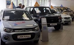 Concession Lada à Saint-Pétersbourg. Le marché automobile russe a poursuivi sa descente aux enfers en août avec une baisse de 26% des immatriculations sur un an, faisant suite à un recul de 23% le mois précédent. /Photo  prise le 9 juillet 2014/REUTERS/Alexander Demianchuk