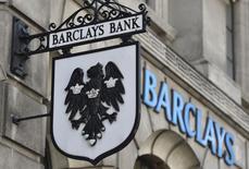 Barclays a annoncé lundi avoir supprimé 2.700 postes dans sa branche de banque d'investissement cette année dans le cadre de son plan de réduction d'effectifs dévoilé en mai et qui prévoit la suppression de 7.000 emplois sur trois ans. /Photo d'archives/REUTERS/Toby Melville