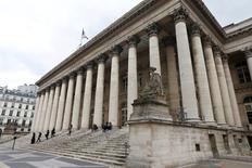 Les principales Bourses européennes ont ouvert sur une note hésitante mardi, au lendemain d'une séance marquée par le recul des valeurs liées à l'énergie et les incertitudes entourant l'issue du référendum sur l'indépendance de l'Ecosse. À Paris, le CAC 40 gagne 0,15%, soit 6,92 points, à 4.481,76 points vers 09h30. /Photo d'archives/REUTERS/Charles Platiau