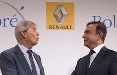 Vincent Bolloré (à gauche), PDG du groupe éponyme et son homologue de Renault Carlos Ghosn, à Paris. Les deux entreprises ont signé un accord dans les véhicules électriques prévoyant notamment la fabrication d'une partie des Bluecar dans l'usine de Dieppe du groupe au losange. /Photo prise le 9 septembre 2014/ REUTERS/Philippe Wojazer