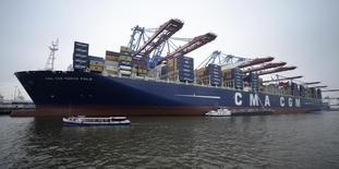 L'armateur français CMA CGM a scellé une alliance avec deux autres groupes de transport maritime moins de trois mois après avoir dû renoncer à un partenariat avec ses deux grands concurrents, le danois Maersk et le suisse MSC, pour des questions de réglementation en Chine.. /Photo d'archives/REUTERS/Fabian Bimmer