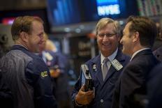 Un grupo de operadores en la bolsa de Wall Street en Nueva York, sep 2 2014. Las acciones retrocedían el martes en la bolsa de Nueva York, con un descenso del índice S&P 500 por debajo de un nivel técnico, porque los inversores tomaban ganancias tras un alza que ha llevado a ese referencial a superar máximos históricos. REUTERS/Brendan McDermid